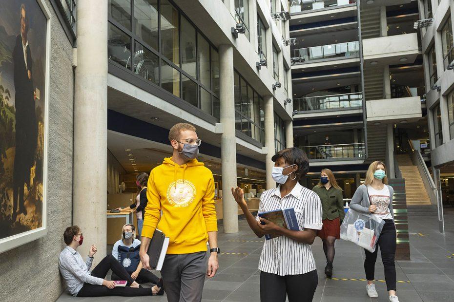 Studierende mit Maske in der Thüringer Universitäts- und Landesbibliothek